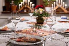 Romantycznego stołu ustalony przygotowania dla bożych narodzeń Zdjęcia Stock