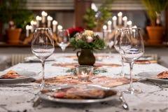 Romantycznego stołu ustalony przygotowania dla bożych narodzeń Fotografia Royalty Free