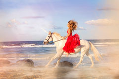 Romantycznej kobiety jeździecka jednorożec Obraz Stock
