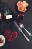 Romantyczni śniadaniowi ciastka i ciastka z dżemem blisko czerwonego serca na czerni zgłaszają tło pary dzień ilustracyjny kochaj Zdjęcie Stock