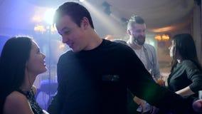 Romantyczni momenty, potomstwa dobierają się w intymnej atmosferze na tle jaskrawi światła w klubie zdjęcie wideo