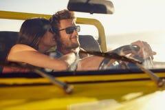 Romantyczni potomstwa dobierają się dzielić specjalnego moment na wycieczce samochodowej zdjęcie royalty free