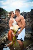 Romantyczni potomstwa dobierają się w tropikalnej plażowej skalistej lagunie Obraz Royalty Free