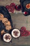 Romantyczny śniadanie Dwa filiżanki kawy, cappuccino z czekoladowymi ciastkami i ciastka blisko czerwonych serc na drewnianym sto Zdjęcie Stock