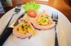 Romantyczny śniadanie, sercowaci smażący jajka z kiełbasą z grzanką Zdjęcia Royalty Free