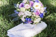 Romantyczny świeży ślubny bukiet i torebka na zielonej trawie Zdjęcie Royalty Free