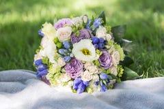 Romantyczny świeży ślubny bukiet na powszechnej i zielonej trawie Zdjęcia Stock