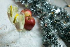 Romantyczny, biały i złoty zimy tło z dwa szkłami szampan, zdjęcie royalty free