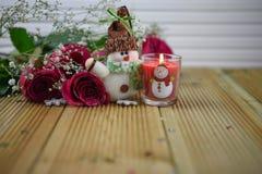 Romantyczny boże narodzenie zimy sezonu fotografii wizerunek z czerwonymi różami i zaświecającą świeczką z bałwan dekoracją Obraz Royalty Free