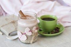 Romantyczny bogaty śniadanie: oatmeal z jagodowym jogurtem i cynamonem Obrazy Royalty Free