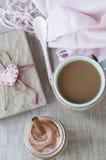 Romantyczny bogaty śniadanie: oatmeal z jagodowym jogurtem i cynamonem, Obrazy Royalty Free