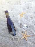Romantyczny dzień z szkłami czerwonego wina obsiadanie na plaży Zdjęcia Stock