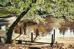 Romantyczny footbridge z cieniami i kolorami obraz stock