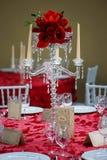 Romantyczny formalny stół, pięknych krystalicznych kandelabrów świeczki właściciela stylowy centerpiece z osiem scalloped bobeche fotografia royalty free