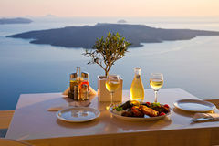 Romantyczny gość restauracji dla dwa przy zmierzchem santorini greece Zdjęcia Royalty Free