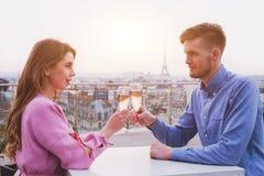 Romantyczny gość restauracji dla pary w luksusowej restauraci w Paryż obraz stock