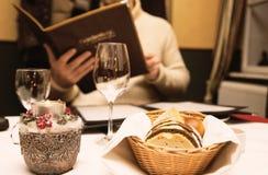 Romantyczny gość restauracji mężczyzna menu czyta fotografia royalty free
