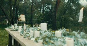Romantyczny gość restauracji słuzyć dla dwa w mgłowych tajemniczych lasowych Uroczych dekoracjach: świeczki, liście, kwiaty i pię zbiory wideo