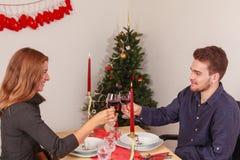 Romantyczny jedzenie przy bożymi narodzeniami dla kochanków Zdjęcia Royalty Free