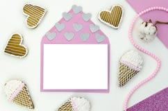 Romantyczny list z pustą przestrzenią dla twój teksta Odgórny widok, flatlay Mockup szablon Miłość, serce i cukierki, Zdjęcia Royalty Free