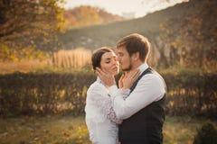 Romantyczny ślub pary obejmowanie przy each inny Zdjęcia Stock