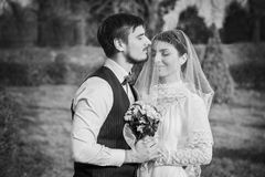 Romantyczny ślub pary obejmowanie przy each inny Obrazy Royalty Free