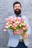 Romantyczny mężczyzna z kwiatami Romantyczny prezent Macho dostaje gotowa romantyczna data Tulipany dla sympatii Mężczyzna dobrze zdjęcia stock