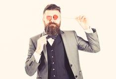 Romantyczny mężczyzna pojęcie Romantyczny mężczyzna jest ubranym formalnego strój i trzyma symbole miłość zdjęcie stock