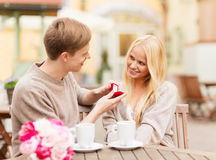 Romantyczny mężczyzna proponuje piękna kobieta zdjęcia royalty free