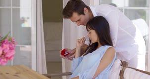 Romantyczny młody człowiek proponuje jego dziewczyna zbiory wideo