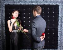 Romantyczny młody człowiek pyta kobiety poślubiać on Zdjęcie Royalty Free
