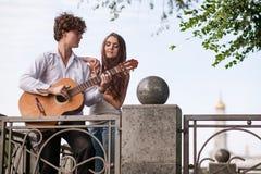 Romantyczny miasto daty pary gitary muzyki pojęcie Obrazy Stock