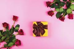 Romantyczny mieszkanie kłaść z czerwonymi różami i prezentów pudełkami na różowym tle Zdjęcie Stock
