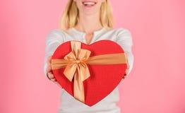 Romantyczny niespodzianka prezent dla on Żeński ręka chwyta prezenta pudełko Przygotowany coś specjalny dla on Ona romantyczna os zdjęcie royalty free