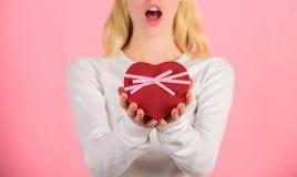 Romantyczny niespodzianka prezent dla on Żeński ręka chwyta prezenta pudełko Przygotowany coś specjalny dla on Walentynka prezent fotografia royalty free