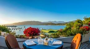 Romantyczny obiadowy miejsce z idyllicznym widokiem coastscape przy zmierzchem Obraz Royalty Free