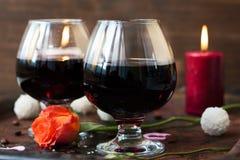 Romantyczny obiadowy pojęcie - wino w szkłach dla kochanków Zdjęcia Royalty Free