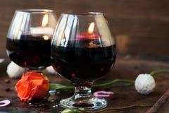 Romantyczny obiadowy pojęcie - wino w szkłach dla kochanków Obraz Stock