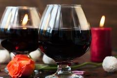 Romantyczny obiadowy pojęcie - wino w szkłach dla kochanków Obraz Royalty Free