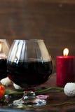 Romantyczny obiadowy pojęcie - wino w szkłach dla kochanków Zdjęcia Stock