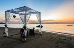 Romantyczny obiadowy ustawianie na plaży przy zmierzchem Obrazy Royalty Free