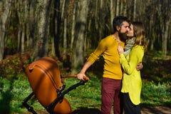 Romantyczny para buziak, cuddle w parku na wiosna dniu i Romantyczny Wjazd Miłość żadny ograniczenia zdjęcia stock