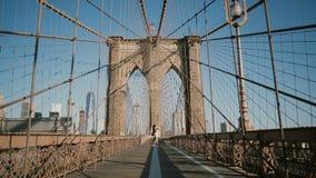 Romantyczny para wir, taniec przy mostem brooklyńskim na pięknym letnim dniu i Szczęście, związek i miłości pojęcie 4K, zdjęcie wideo