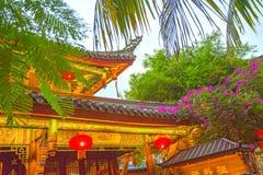 Romantyczny park, domy z wyginającymi się dachami i drzewka palmowe, dekorowaliśmy z girlandą zwrotniki Asja Zdjęcie Stock