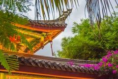 Romantyczny park, domy z wyginającymi się dachami i drzewka palmowe, dekorowaliśmy z girlandą zwrotniki Asja obraz stock