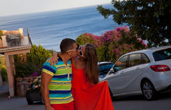 Romantyczny pary całowanie przy zmierzchem fotografia royalty free