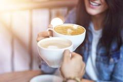 Romantyczny pary datowanie w kawiarni obraz stock
