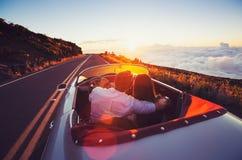 Romantyczny pary jeżdżenie na Pięknej drodze przy zmierzchem zdjęcie stock
