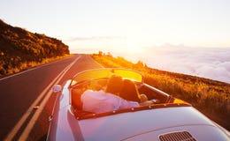 Romantyczny pary jeżdżenie na Pięknej drodze przy zmierzchem fotografia royalty free