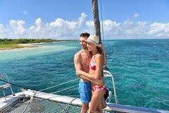 Romantyczny pary obejmowanie na catamaran w pięknym morze krajobrazie Obrazy Stock